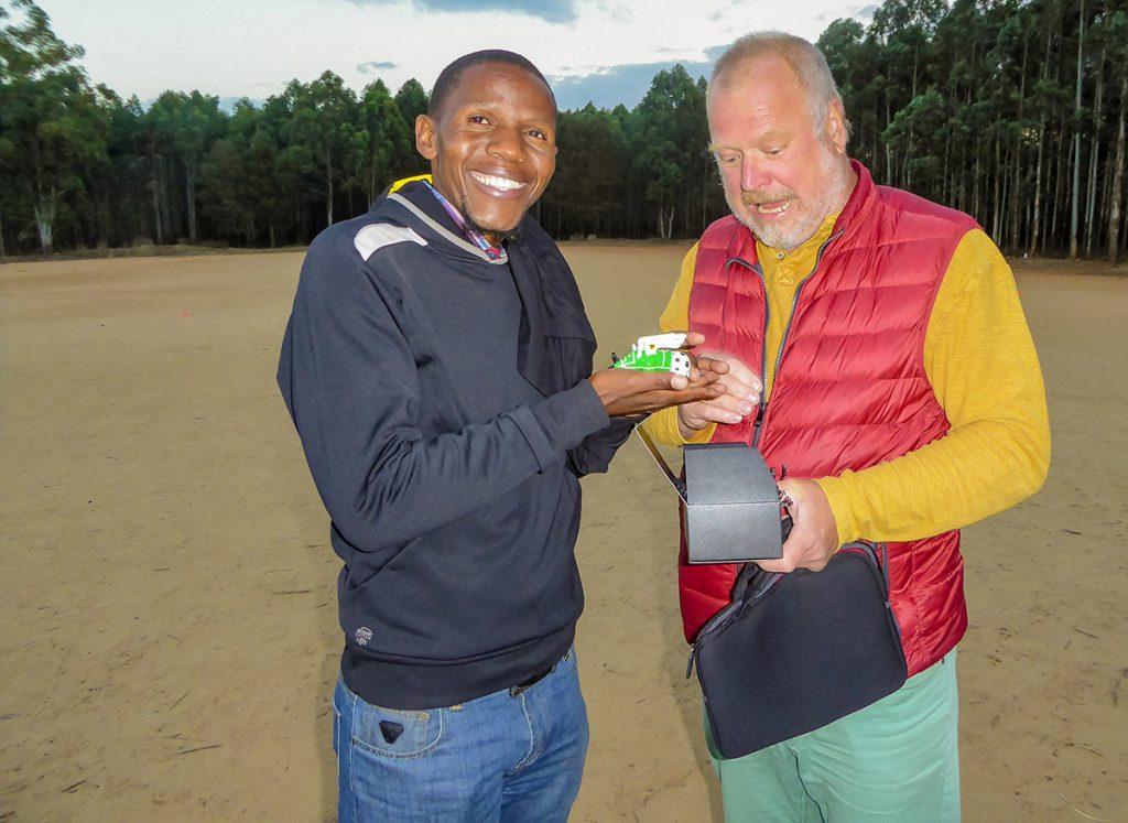 Muzi Hlatshwayo freut sich über das Dortmund-Nashorn im Fußball-Design