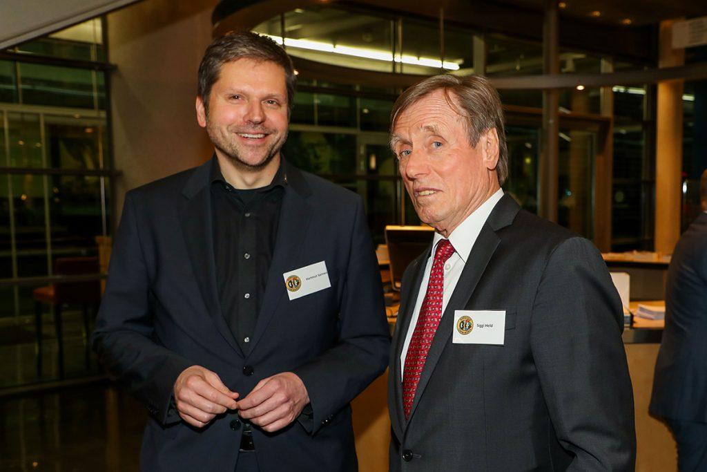 Die Fördervereinsmitglieder Hartmut Salmen und Siggi Held im Gespräch. Foto: Stephan Schütze