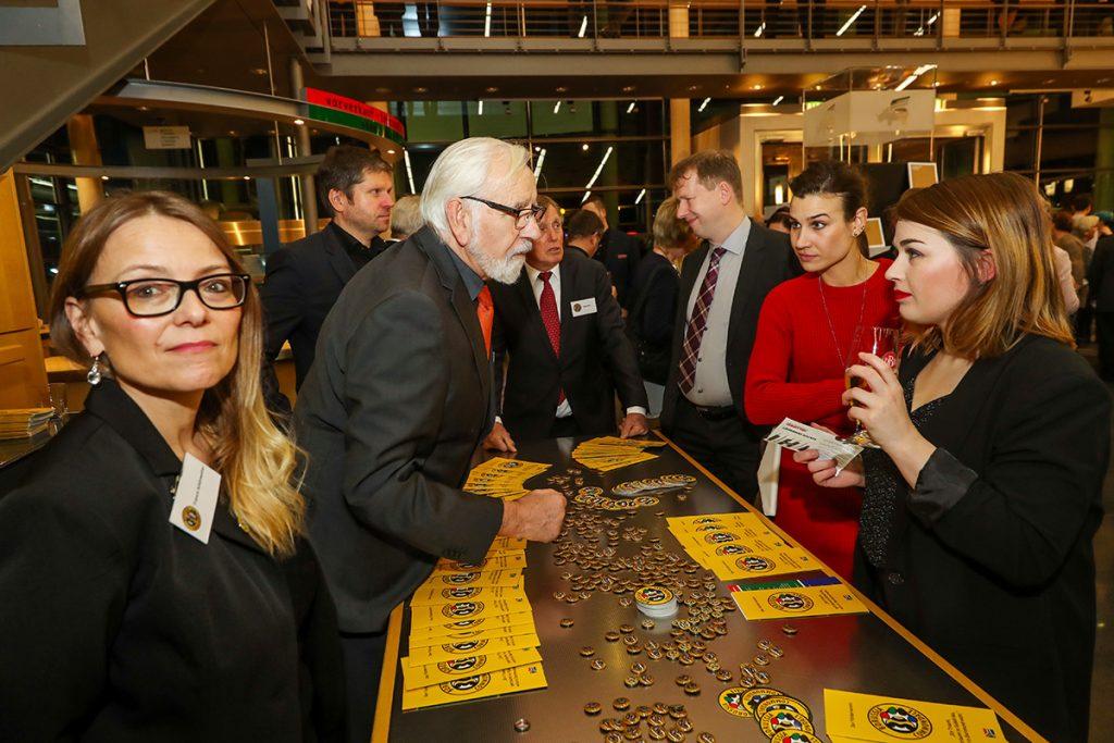 Die Gäste des Neujahrsempfangs zeigten sich sehr interessiert am Fußball-Projekt 'Borussia Commondale'. Foto: Stephan Schütze